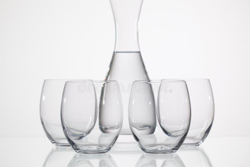 Exponeringsglas av vatten på den glass tabellen arkivfoton