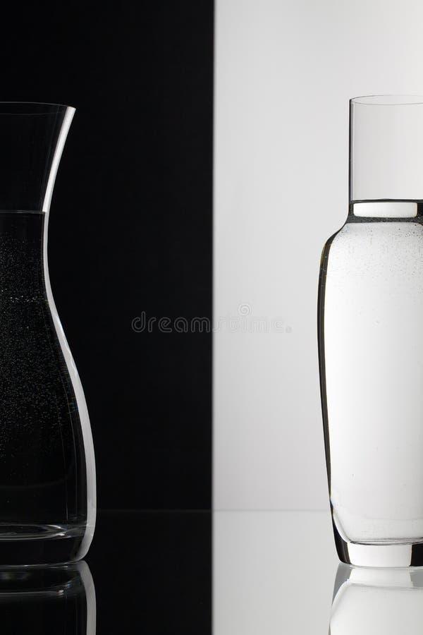 Exponeringsglas av vatten på den svartvita bakgrunden royaltyfri bild