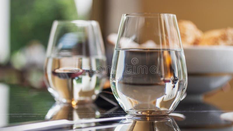 Exponeringsglas av vatten p? den utsmyckade restaurangen arkivfoto