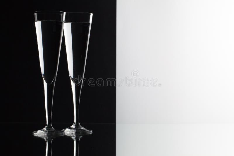 Exponeringsglas av vatten på det glass skrivbordet fotografering för bildbyråer