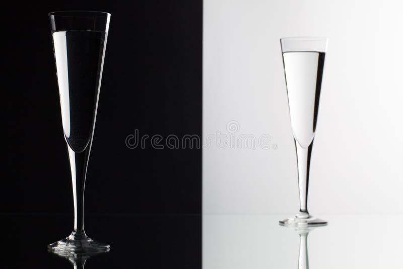 Exponeringsglas av vatten på det glass skrivbordet royaltyfri bild