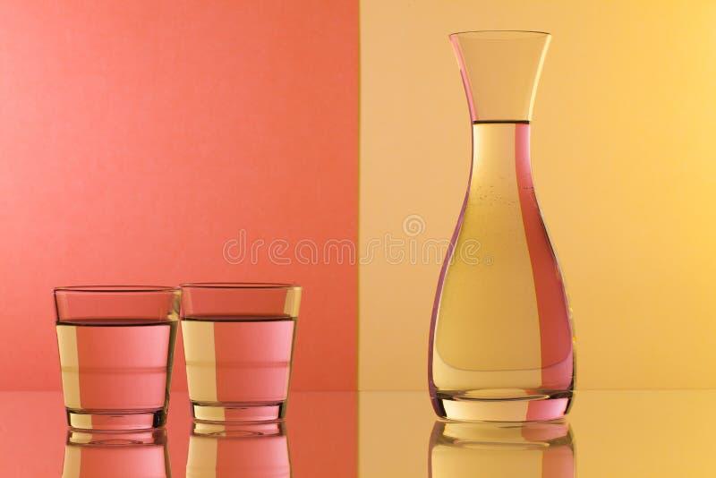 Exponeringsglas av vatten på det glass skrivbordet royaltyfri fotografi