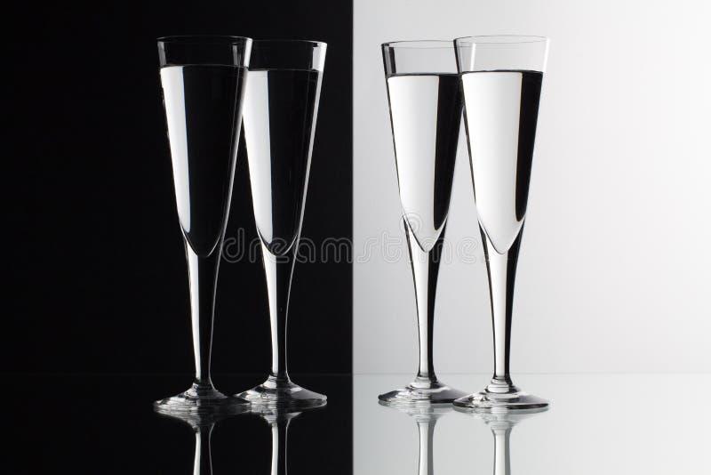 Exponeringsglas av vatten på det glass skrivbordet arkivfoto