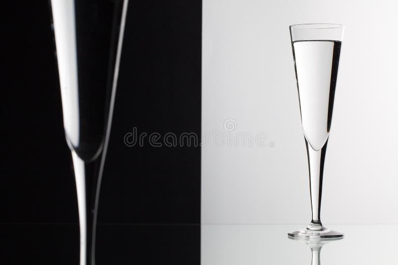 Exponeringsglas av vatten på det glass skrivbordet arkivfoton