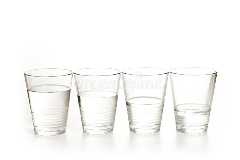 Exponeringsglas av vatten på en vit bakgrund arkivbilder