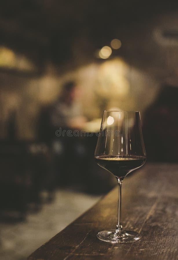 Exponeringsglas av vin i restaurangen källarecognacen flankerar oaken där wine royaltyfri bild