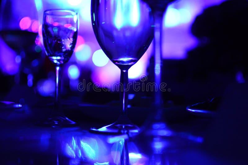 Exponeringsglas av vin med nattbelysning arkivbilder