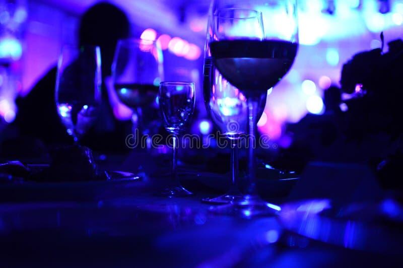 Exponeringsglas av vin med nattbelysning royaltyfri fotografi
