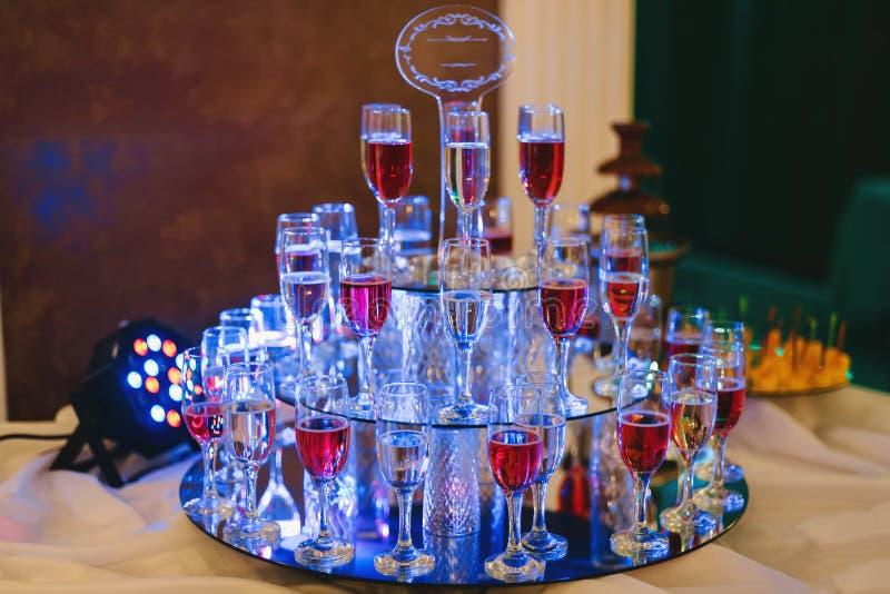 Exponeringsglas av vin och champagne i stång av restaurangen arkivbilder