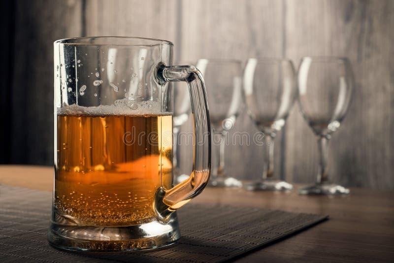 Exponeringsglas av vin och ett exponeringsglas av öl royaltyfria bilder