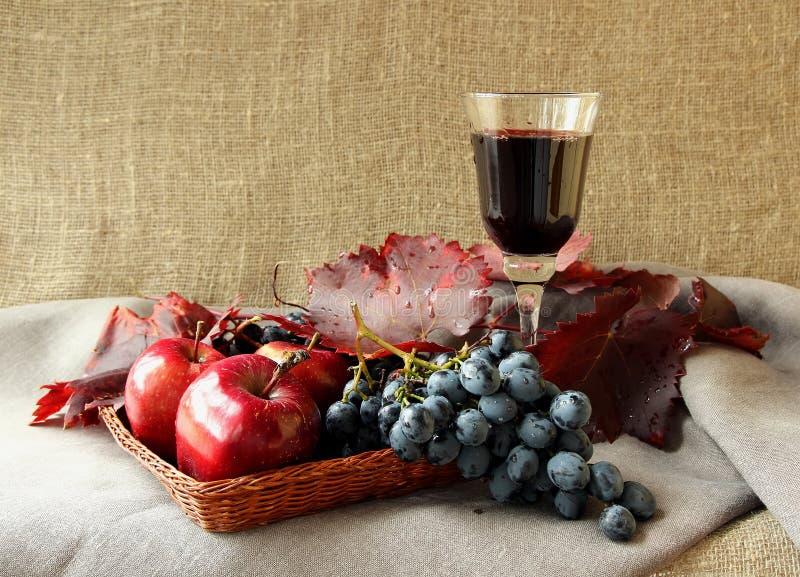 Exponeringsglas av vin och grupp av druvor royaltyfri bild