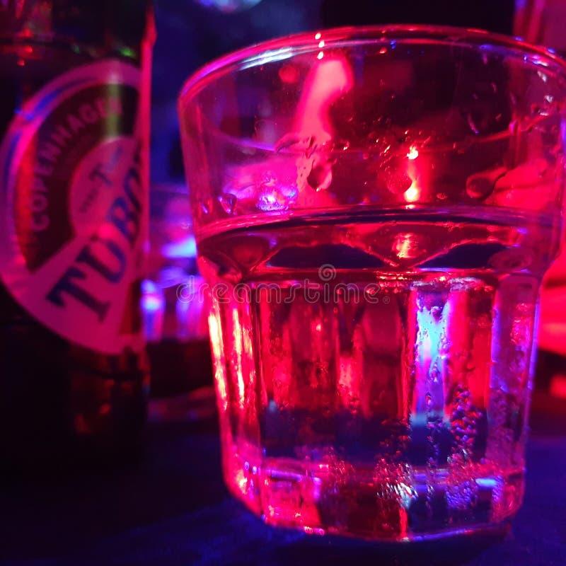 Exponeringsglas av votka och ett öl royaltyfria bilder