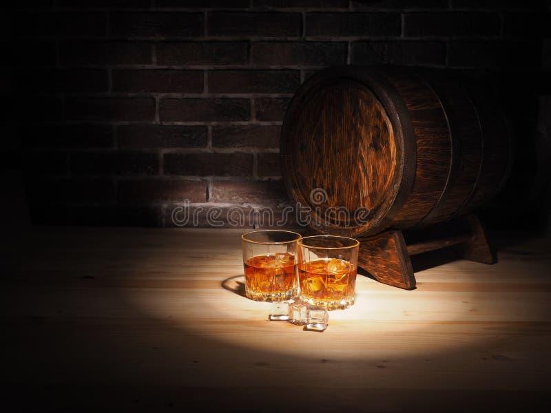Exponeringsglas av whisky, cigarren och den gamla eken barrel royaltyfria foton