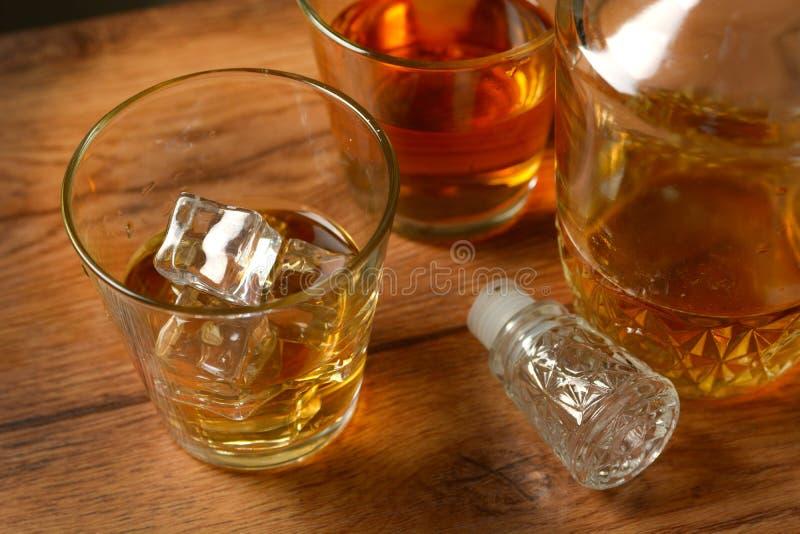 Exponeringsglas av whisky med is royaltyfri foto
