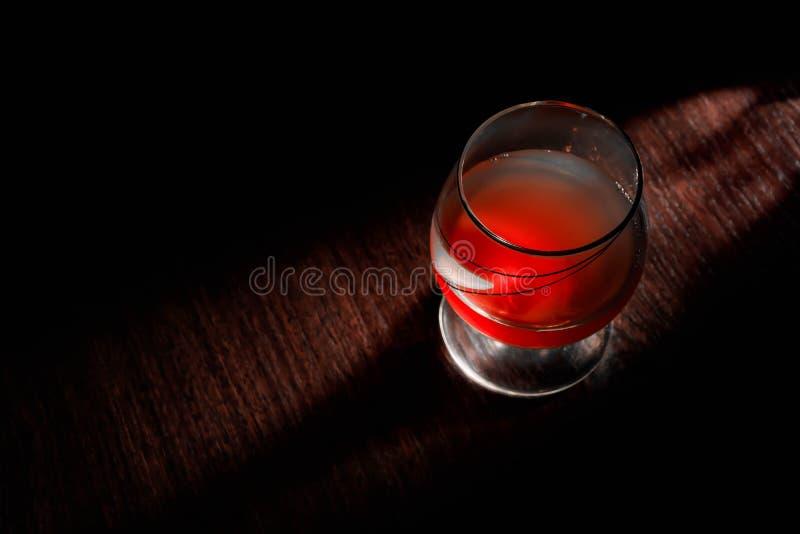 Exponeringsglas av whisky med att röka cigarr- och iskuber på träbordsvin, lyx royaltyfri bild