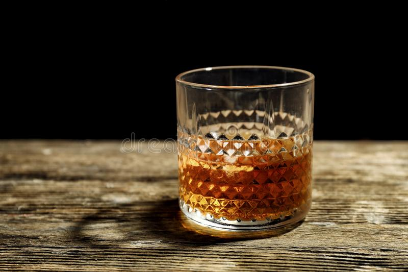 Exponeringsglas av whisky p? tr?tabellen fotografering för bildbyråer
