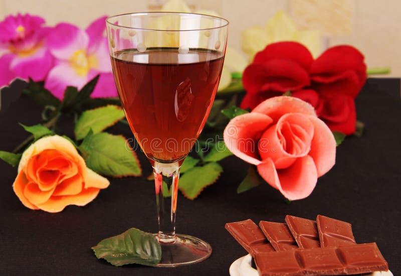 Download Exponeringsglas Av Wine, Choklad Och Blommor. Fotografering för Bildbyråer - Bild av leaf, afton: 27285621
