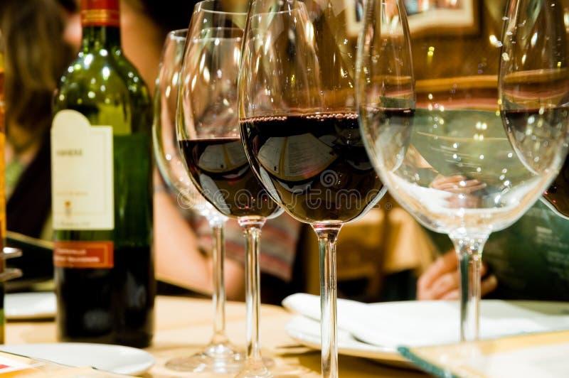 Exponeringsglas av wine i restaruant arkivbilder