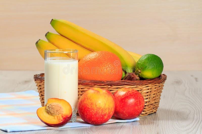 Exponeringsglas av yoghurt med mintkaramellen och nya jordgubbar, nektarin, li royaltyfri foto