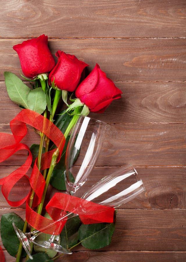Exponeringsglas för bukett och för champagne för valentindagrosor arkivbilder