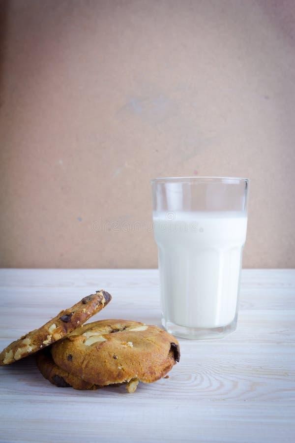 exponeringsglas för chipchokladkakor mjölkar arkivfoton