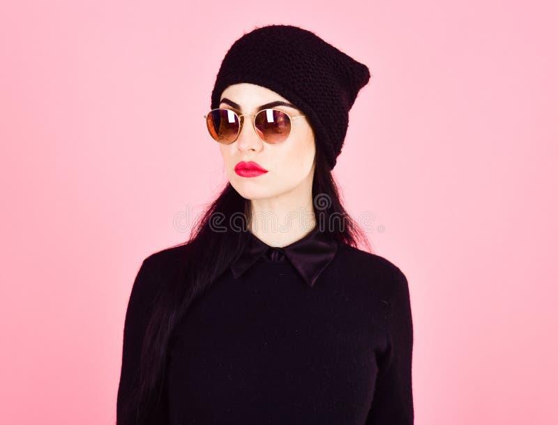 Exponeringsglas för eyewear för kall hipsterstudentkvinna bärande arkivbilder