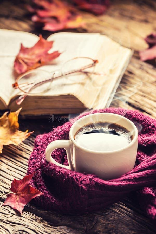 Exponeringsglas för gammal bok för kopp kaffe och höstsidor royaltyfri foto