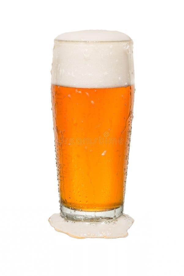 Exponeringsglas för hantverkbaröl med spillt öl arkivfoto