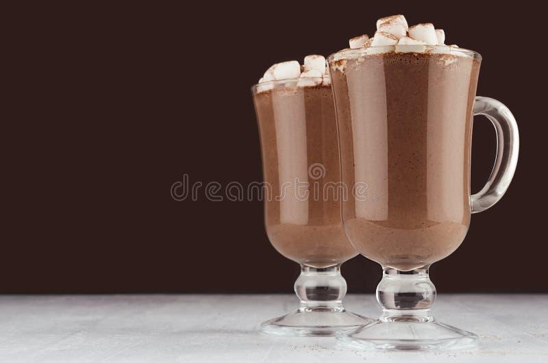 Exponeringsglas för irländskt kaffe för varm choklad för jul itu med marshmallow- och silverskedar på mörk vit bakgrund för brunt arkivbilder