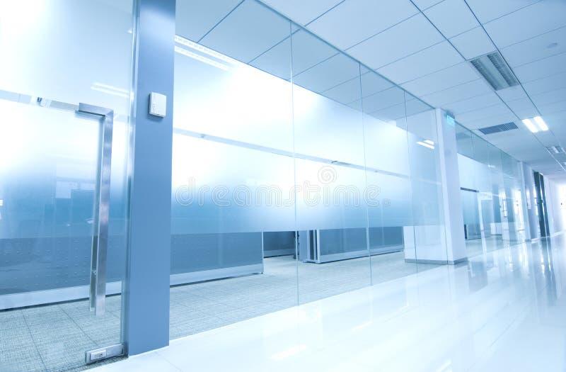 Exponeringsglas för kontorskorridordörr arkivbild