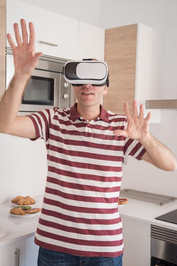 Exponeringsglas för manprovningsvirtuell verklighet med händer upp arkivbilder