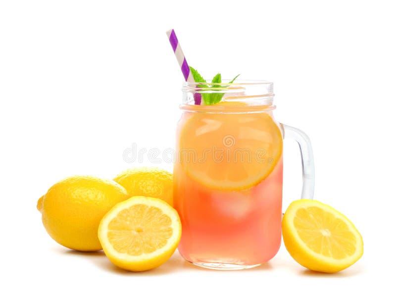 Exponeringsglas för murarekrus av rosa lemonad med citroner som isoleras på vit arkivbilder