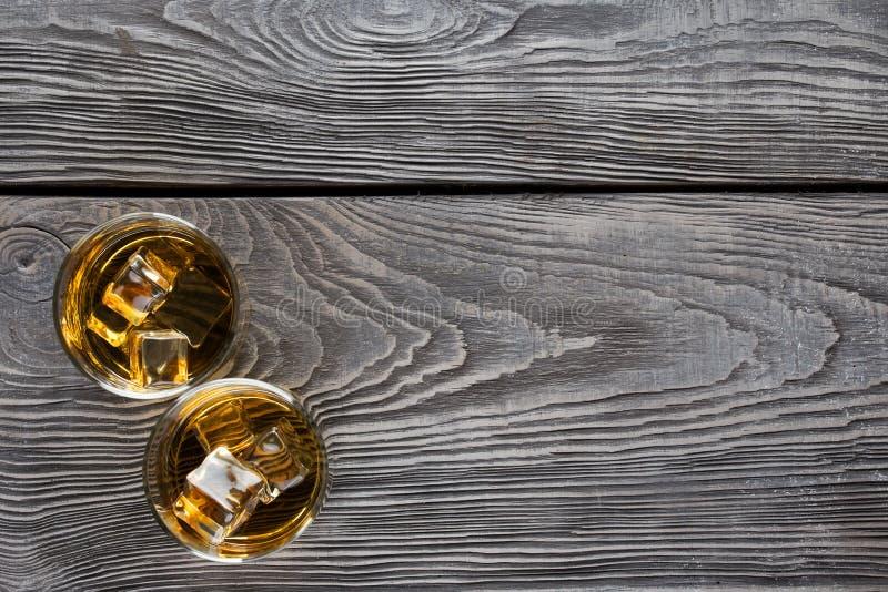 Exponeringsglas för två cirkulär av whisky med is royaltyfria bilder