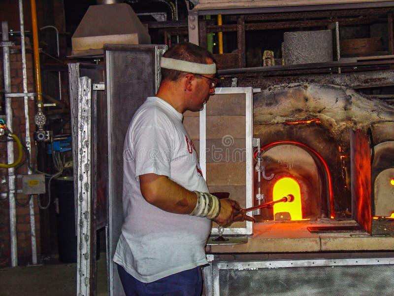 Exponeringsglas för uppvärmning för exponeringsglasblåsare inom en ugn, Venedig fotografering för bildbyråer