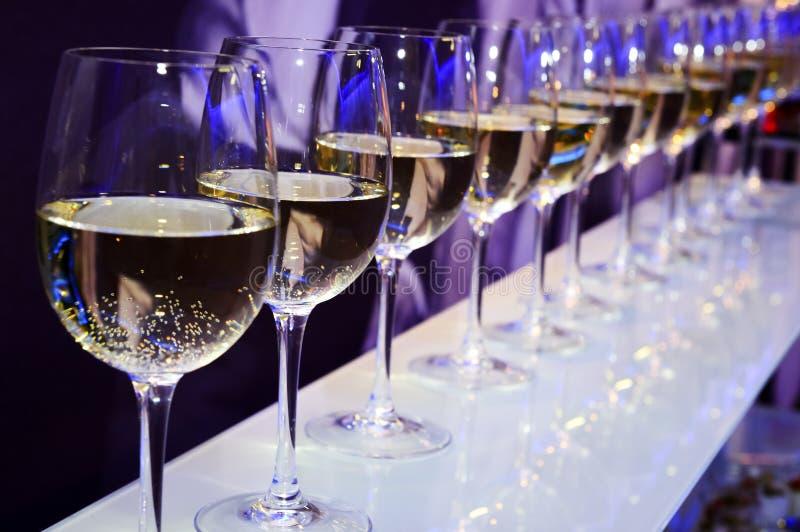Exponeringsglas för vitt vin för parti royaltyfri bild