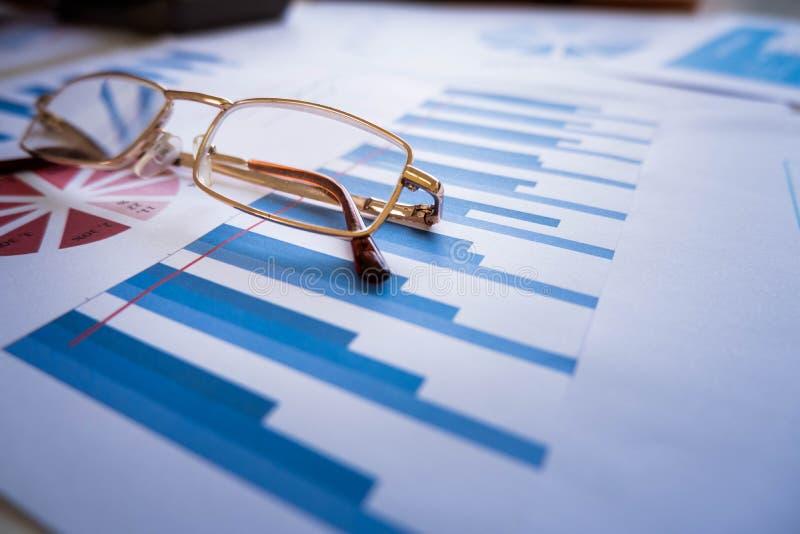 Exponeringsglas förlägger på skrivbordsarbete fotografering för bildbyråer