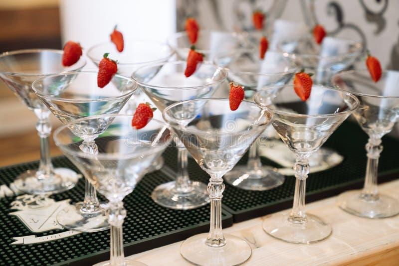 Exponeringsglas f?r alkoholdrycker Champagneexponeringsglas med k?rsb?ret royaltyfri foto