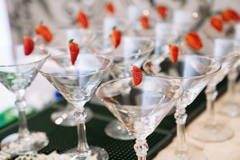 Exponeringsglas f?r alkoholdrycker Champagneexponeringsglas med k?rsb?ret arkivbilder