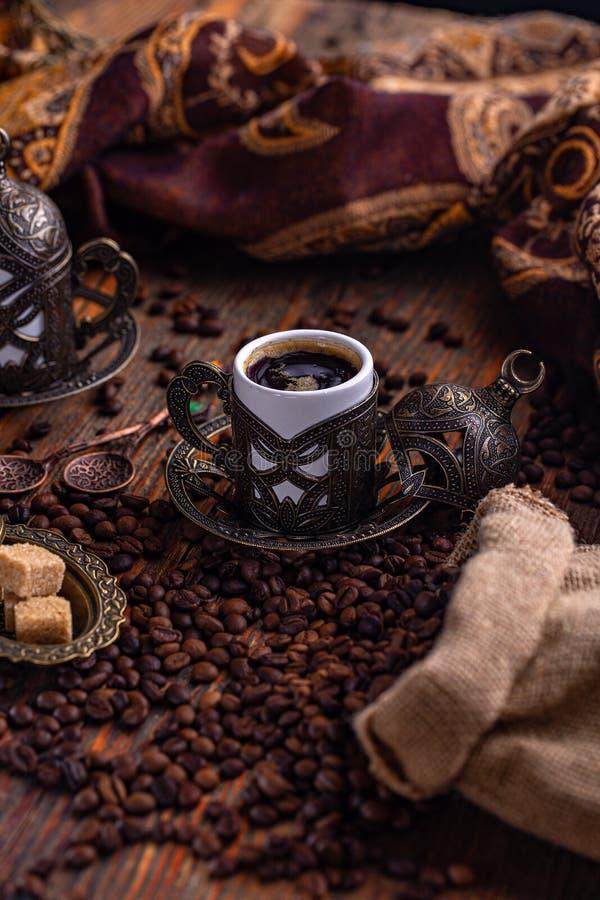 exponeringsglas f?r espresso f?r cezvekaffe kallt som tj?nat som litet turkiskt vatten royaltyfri bild
