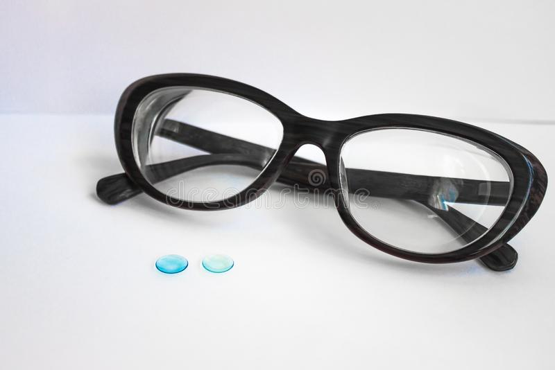 Exponeringsglas i en svart ram och linser för ögonen royaltyfria bilder