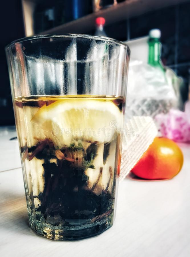 exponeringsglas limon, apelsin, bang, vatten, te som är trevligt arkivfoto