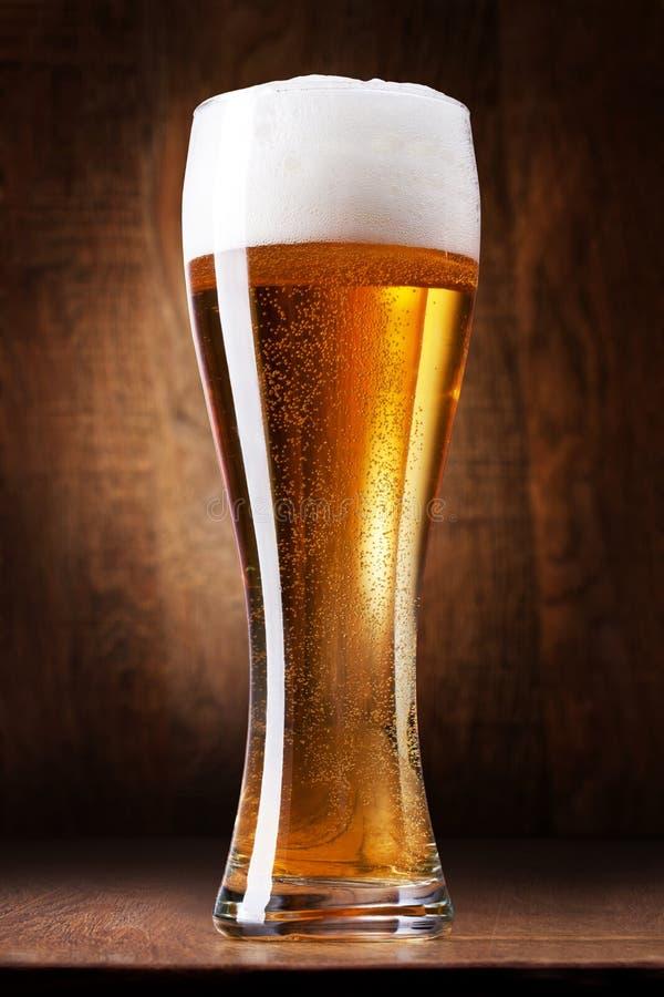 Download Exponeringsglas med öl fotografering för bildbyråer. Bild av trä - 27275267