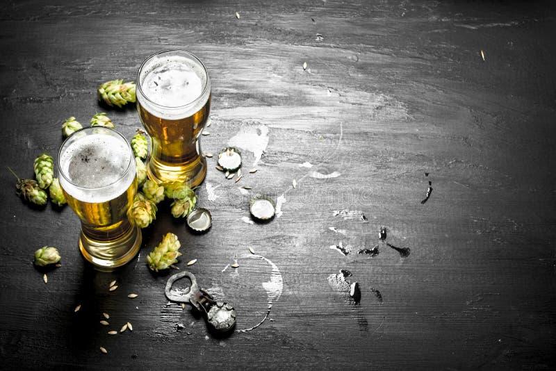Exponeringsglas med öl- och gräsplanflygturer arkivbilder