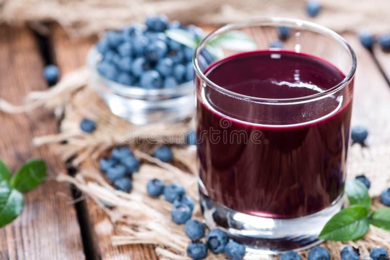 Exponeringsglas med blåbärfruktsaft royaltyfri bild