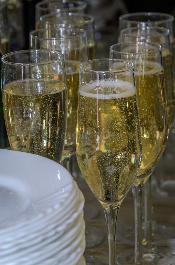 Exponeringsglas med champagne på banketttabellen fotografering för bildbyråer