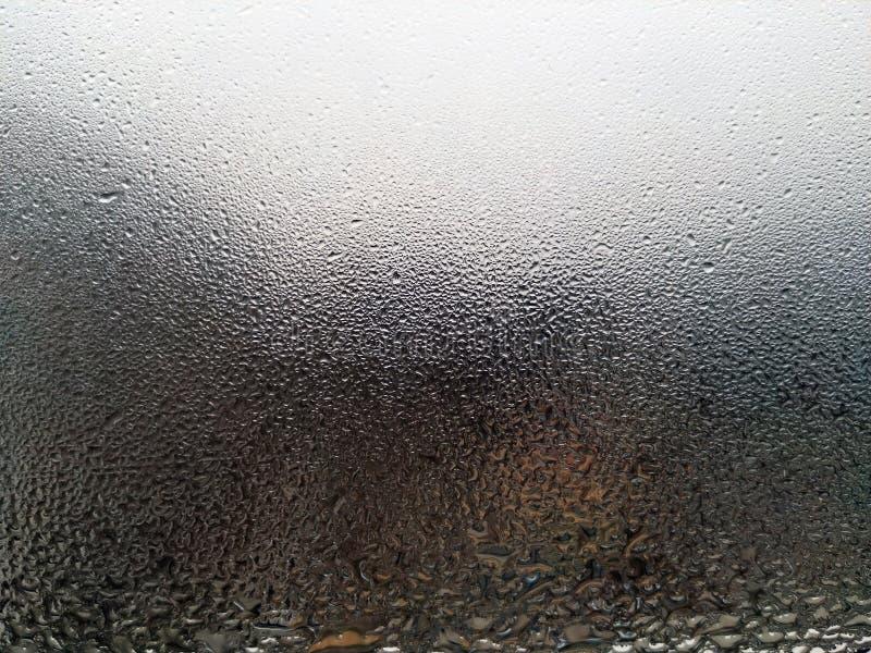 Exponeringsglas med den naturliga condensaten på stadsbakgrund arkivfoton