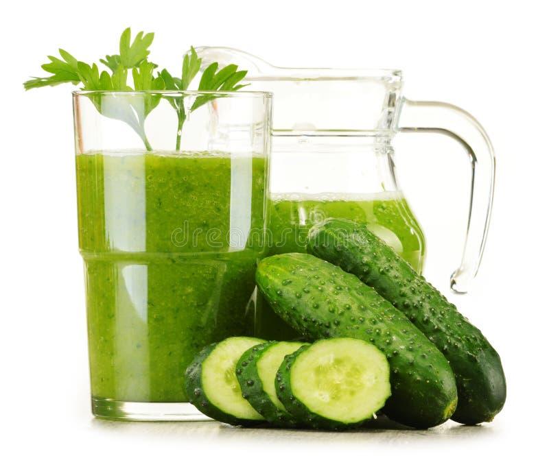 Exponeringsglas med fruktsaft för ny grönsak på vit Detoxen bantar arkivbild