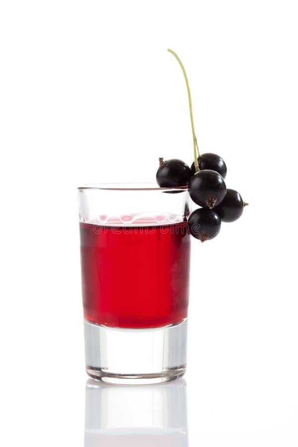 Exponeringsglas med genever, svarta vinbär arkivfoton