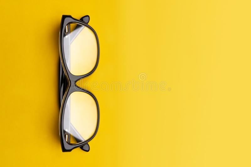 Exponeringsglas med genomskinliga linser som isoleras på gul bakgrund Fr?mre sikt med kopieringsutrymme fotografering för bildbyråer