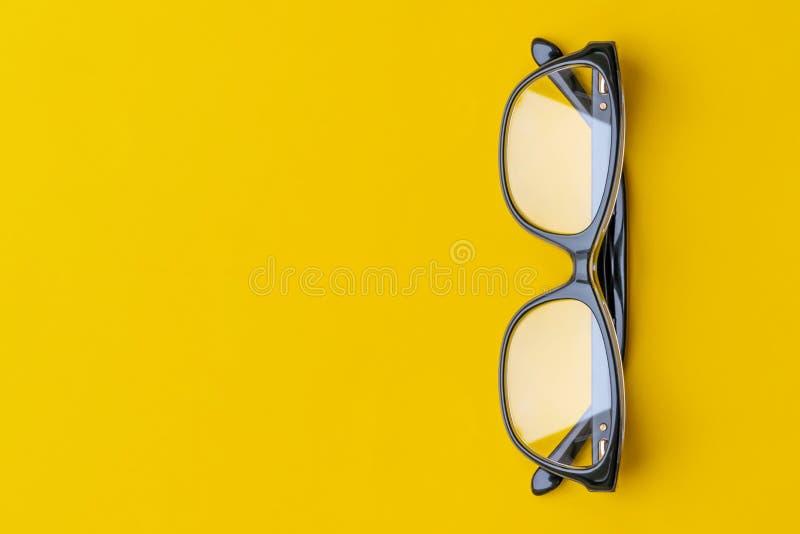 Exponeringsglas med genomskinliga linser som isoleras på gul bakgrund Fr?mre sikt med kopieringsutrymme arkivfoton
